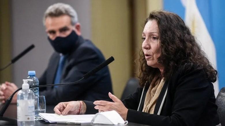 Cristina Caamaño, interventora de la AFI, junto al ministro de Defensa, Agustín Rossi, ayer en conferencia de prensa.