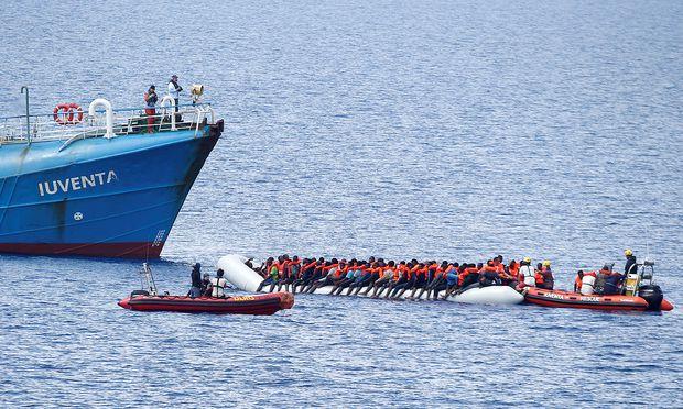 NGO-Schiff 'Juventa' und Flüchtlingsboote