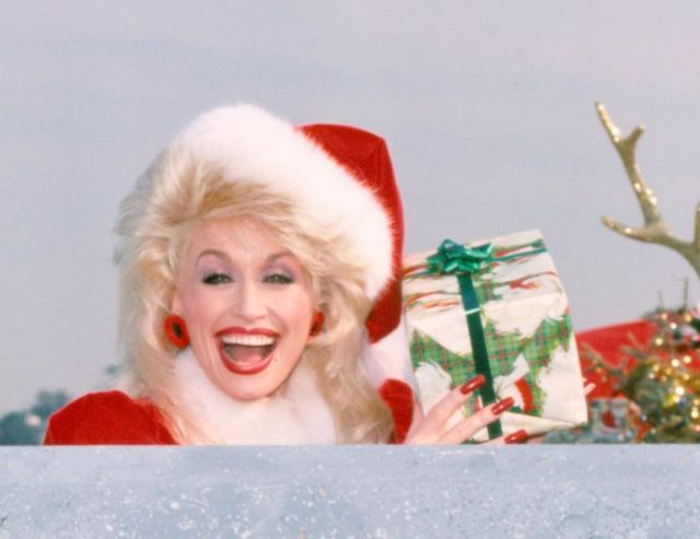dolly-parton-christmas-2-1605984216327.jpg