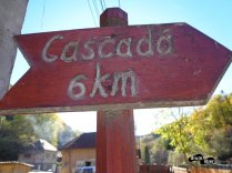 Indicator vechi din sat spre cascadă