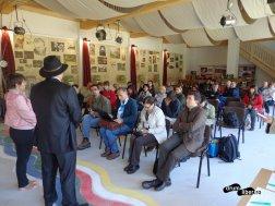 Prezentarea comunei Tarcău, Neamț (cu pălărie, primarul)
