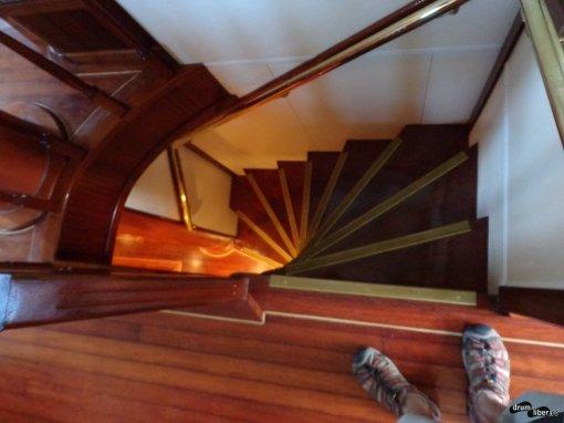 Cobori scările spre bucătărie și spațiile de dormit
