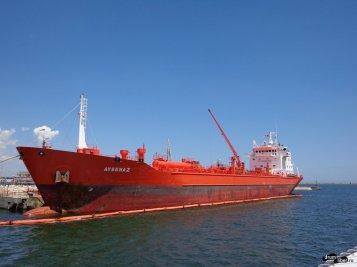 Trecem pe lângă vapoarele mari din șantierul naval
