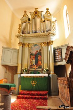 Altarul bisericii