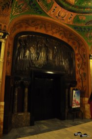Basoreliefuri și ușă din granit negru