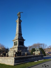 Vedere din spatele monumentului