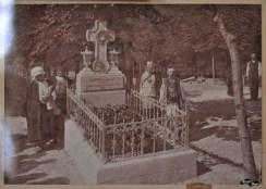La mormânt, două surori și un frate