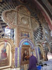 Iconostasul din lemn de tei care coboară icoana