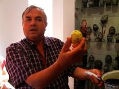 Soțul doamnei Lucia ne arată tehnica vopsirii în straturi suprapuse și schimbarea culorii