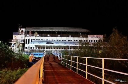 Unul dintre vapoarele restaurant de pe faleză
