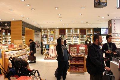 În magazinul cu suveniruri din aeroportul Otopeni