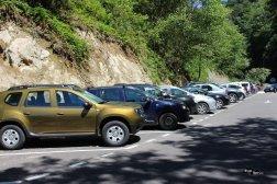 Parcarea din capătul drumului. De aici se merge pe jos spre cetatea dacică