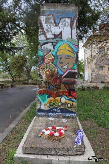 Muzeul Revoluției și o bucată din Zidul Berlinului