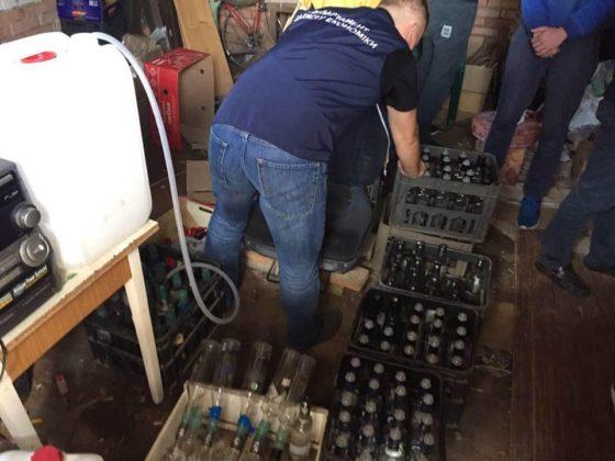 Троє чоловіків налагодили мережу з виготовлення і продажу фальсифікованого алкоголю