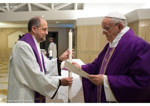 Il Papa con il preposito generale dei Carmelitani scalzi, padre Saverio Cannistrà