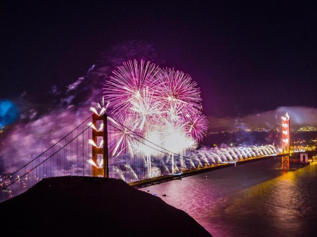 Spettacolo pirotecnico durante la celebrazione del 75 ° anniversario del ponte.