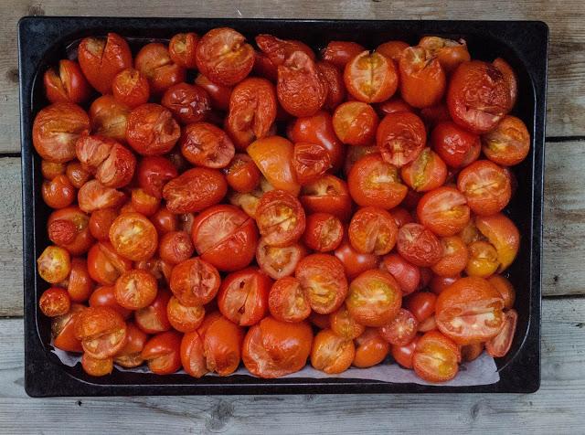 Ungsbakade tomater i olika storlekar Farbror Grön
