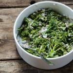 Broccolisallad med rödlök och rostade solroskärnor.