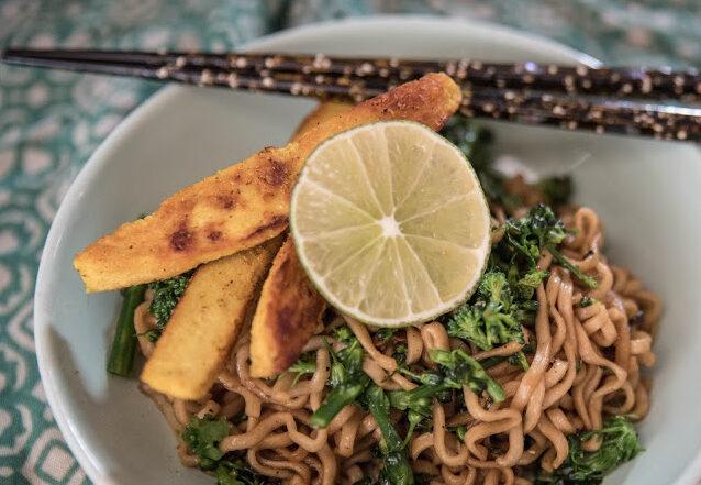 Stekta nudlar med broccoli, vitlöksblast och curryquorn