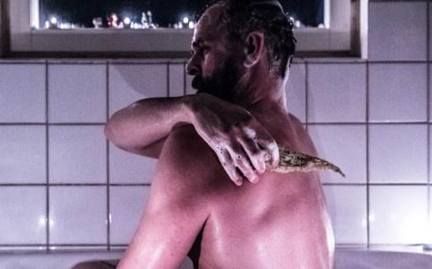 Johannes Wätterbäck badar med svampgurka