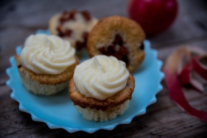 Muffins med äpplen i och frosting ovanpå