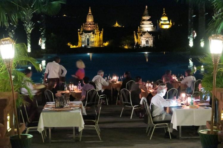 Um dos restaurantes do hotel, na beira da piscina e com a vista dos templos