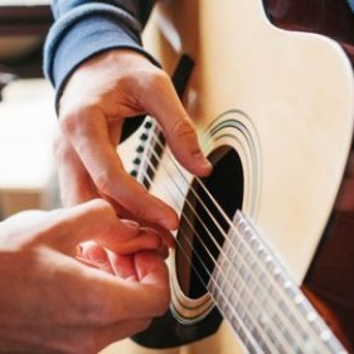 Learn to Play Guitar In 20 Days – Guitar Beginner Lessons