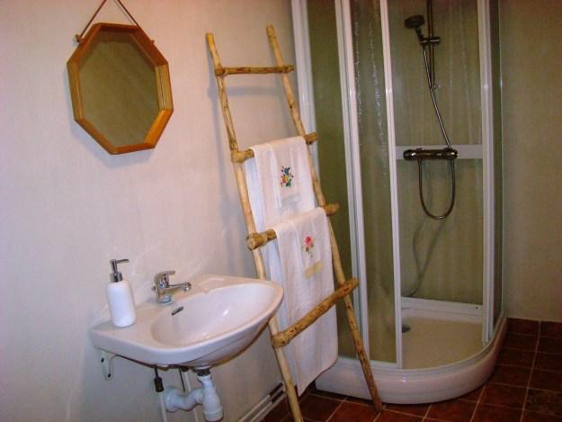 Lindens badrum med egen dusch.