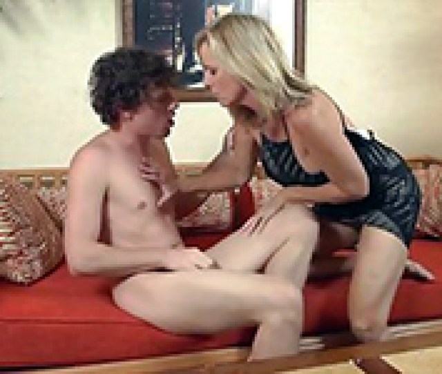 Lonely Drunk Mom Is About To Taste Some Young Meat