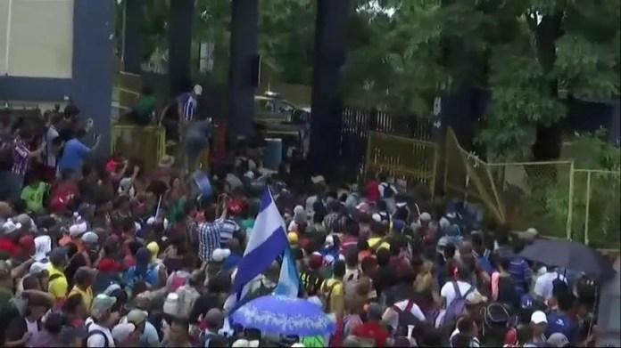 Resultado de imagen para migrant caravan border clash