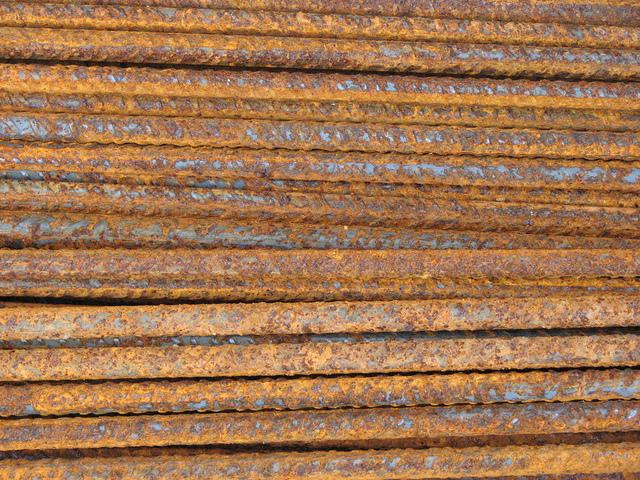 des fers a beton dans le jardin