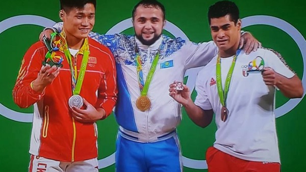 Mohamed Ehab on the podium carrying his later father's picture Rio Olympics