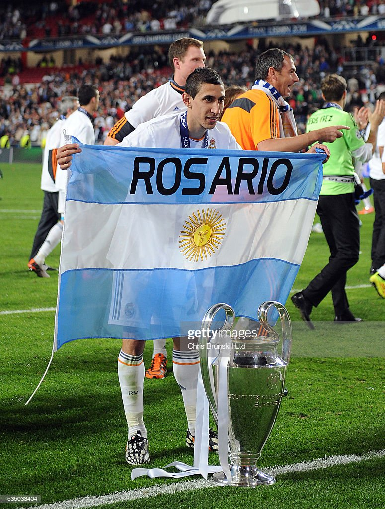https www gettyimages dk detail news photo angel di maria of real madrid celebrates with the trophy news photo 535033404