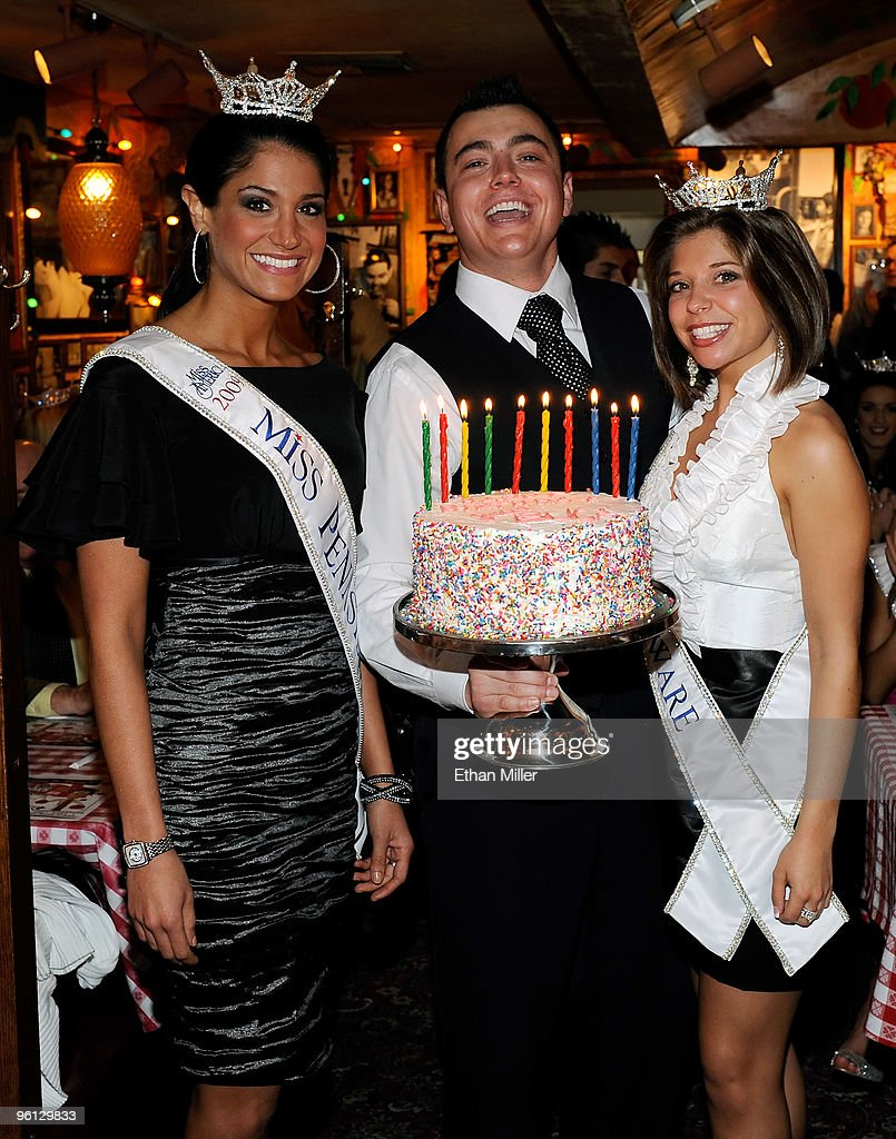 Buca Di Beppo General Manager Ryan Smith Presents A Birthday Cake To Nachrichtenfoto Getty Images