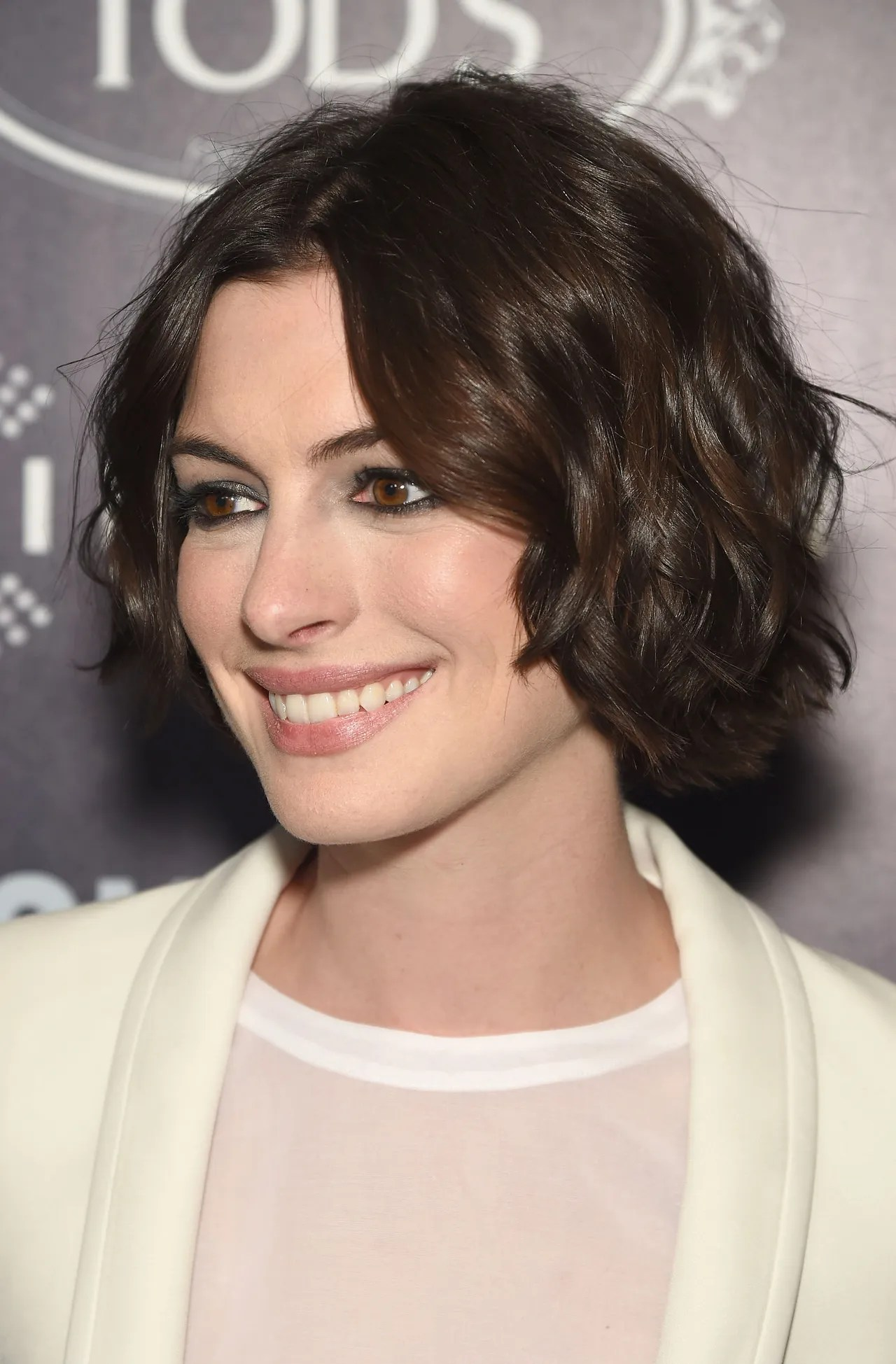 Anne Hathaway Perfects The Short Beachy Wave Hairstyle