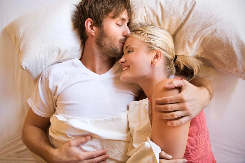 بعيدا عن الجنس لهذا يجب أن ينام الرجل عاريا جانب زوجته