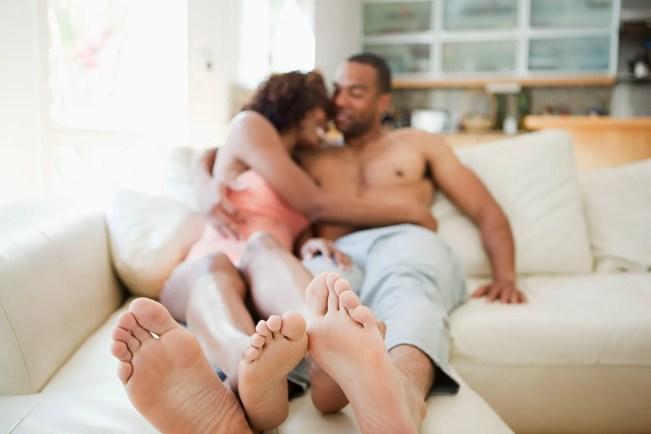 Casal em um sofá