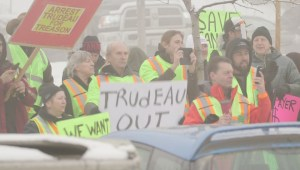 Yellow vest protesters greet Trudeau in Kamloops