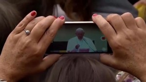 Pope Francis tells people to stop using smart phones at mass