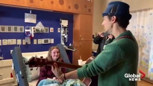 Jason Mraz performs for 17-year-old at Children's Hospital of Wisconsin