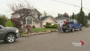 Scotty Creek neighbours work together to prep for flood