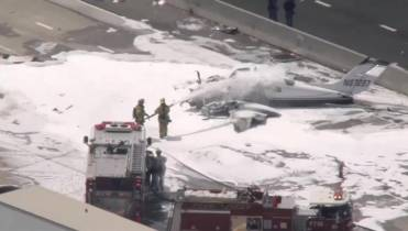 2 injured as small plane crashes into freeway in Southern