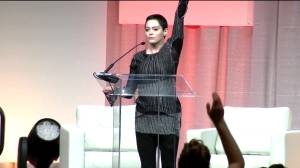 Rose McGowan delivers powerful speech in first public remarks since Weinstein scandal