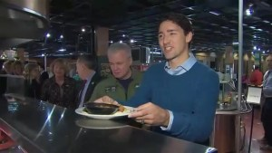 Trudeau joins Armed Forces for breakfast as cross-country tour rolls on