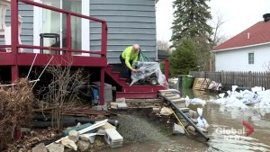Île Mercier family fights to save home from floodwaters