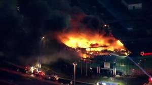 Massive fire engulfs industrial building in Burlington (01:25)