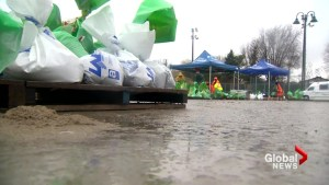 Volunteer efforts ramp up as floodwaters continue to rise in Quebec