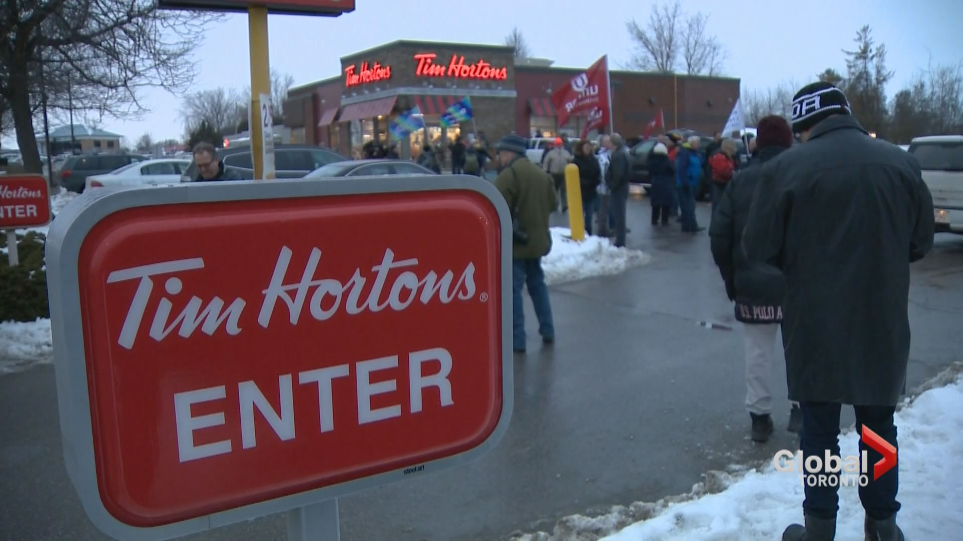 Demonstration held at Barrie Tim Hortons over minimum-wage clawbacks