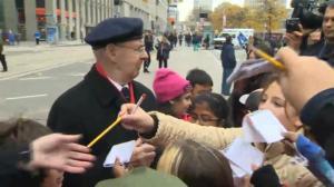 Canadian WWII veteran mobbed by autograph-seeking kids