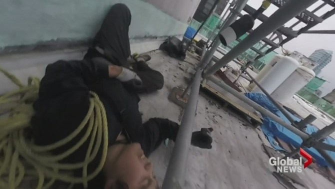 WATCH: Free climber falls nearly 9 metres trying to scale Fairmont Hotel Vancouver